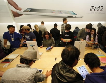 Apple iPad 2 Customers in Store